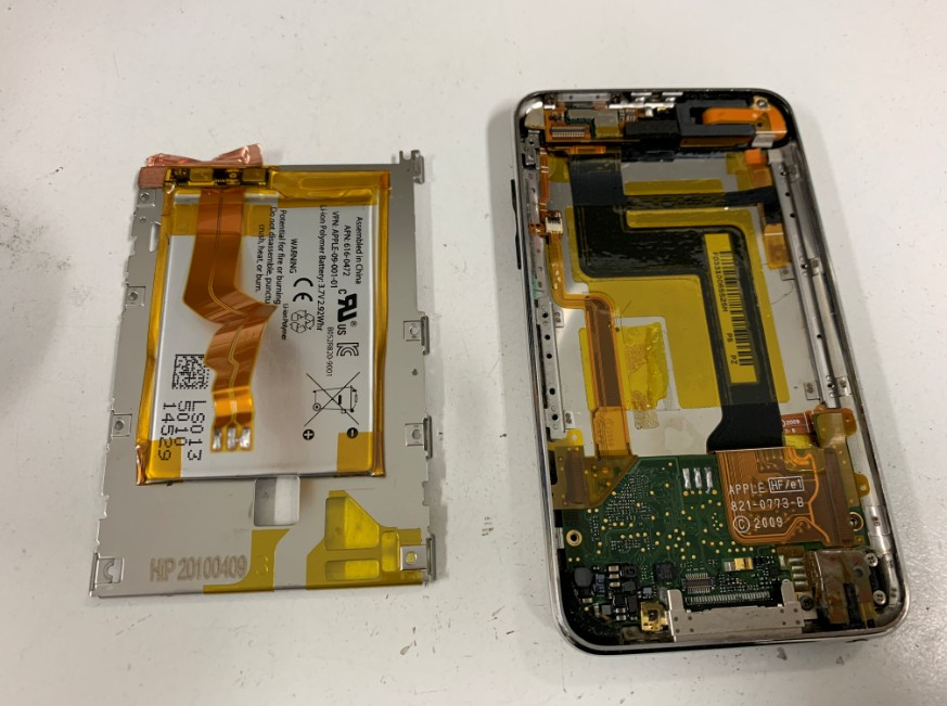 内蔵バッテリーを本体から取り出したiPodtouch3