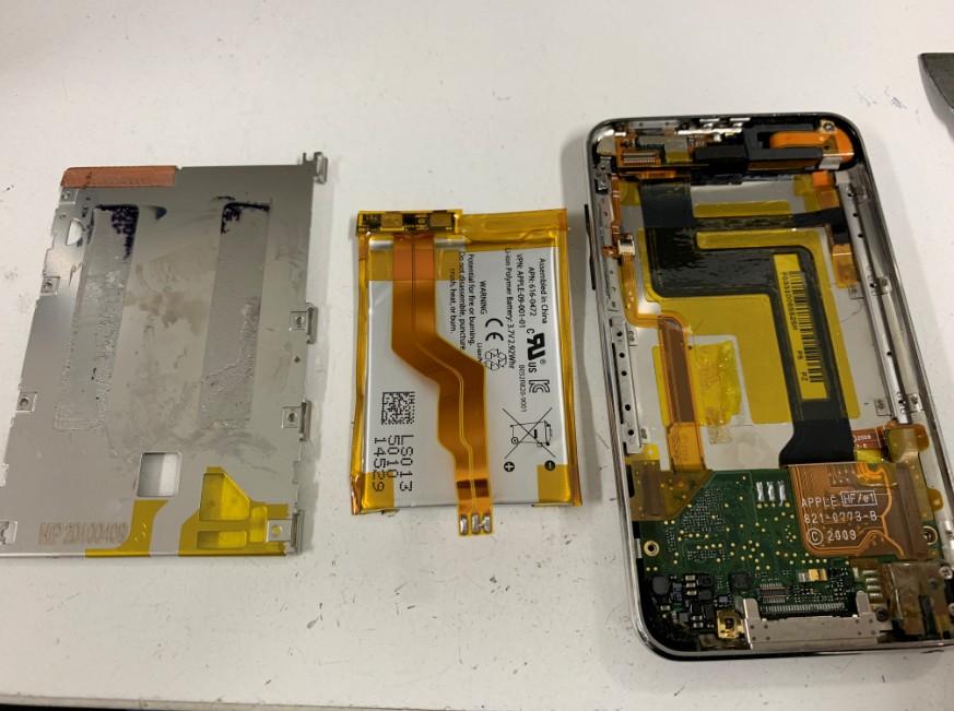 プレートをからバッテリーを剥がしたiPodtouch3