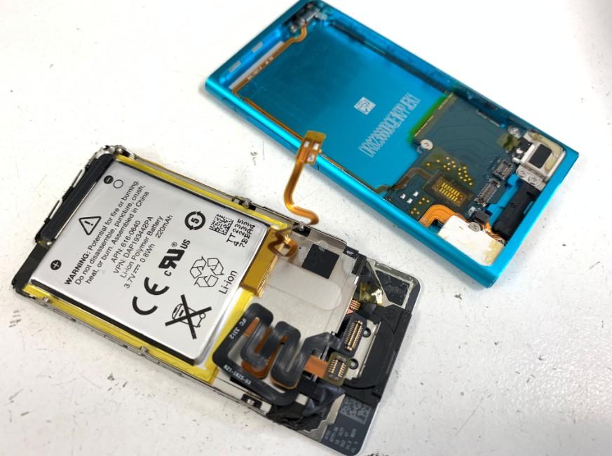 画面とバッテリーを本体から剥がしたiPodnano7