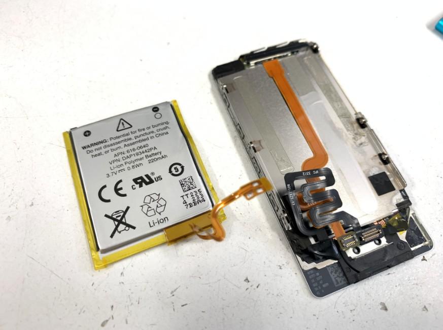 バッテリーを画面から剥がしたiPodnano7