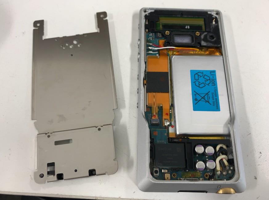 背面内蔵パネルを剥がしたウォークマン NW-ZX1