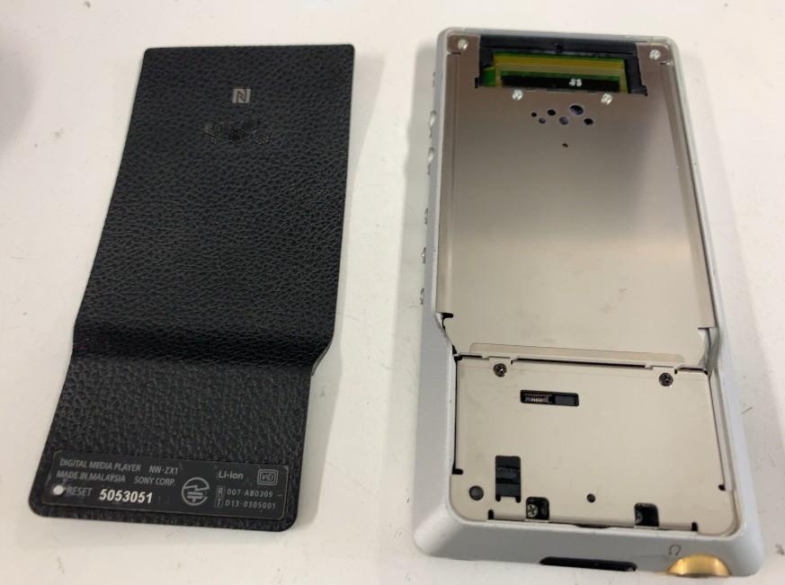 背面カバーを取り出したウォークマン NW-ZX1