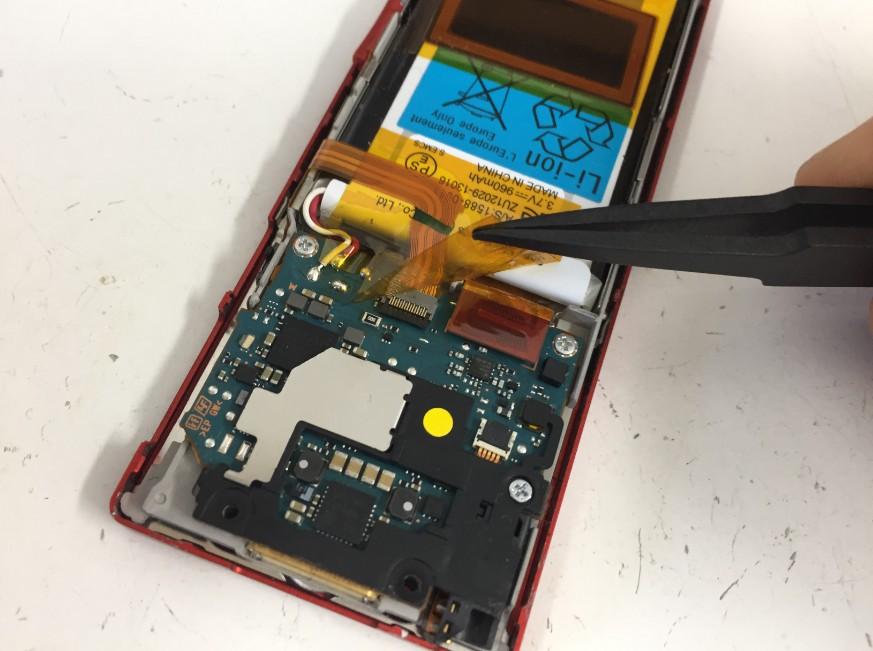 バッテリーを覆っている絶縁テープを剥がしたWALKMAN NW-A25