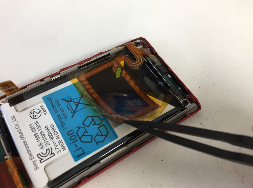 バッテリー上のシールを剥がしているWALKMAN NW-A25