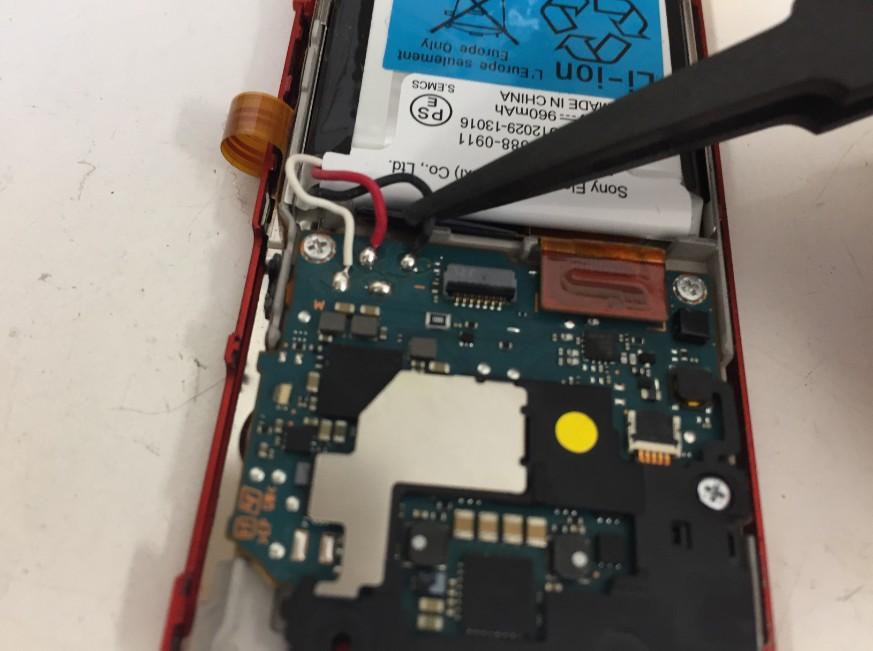 バッテリーコネクタを抜いているWALKMAN NW-A25