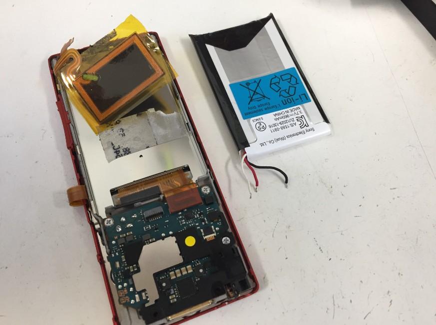 バッテリーを本体から取り出したWALKMAN NW-A25