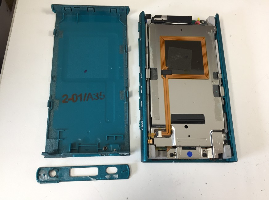 背面などのプラスチックパーツを全て外したWALKMAN NW-A45