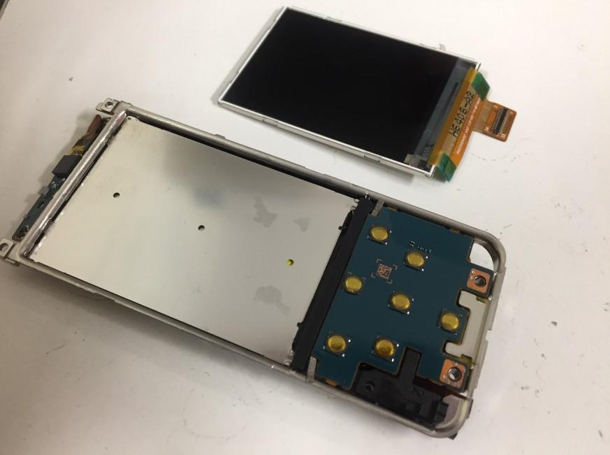 液晶画面を本体から取り出したウォークマンNW-S14