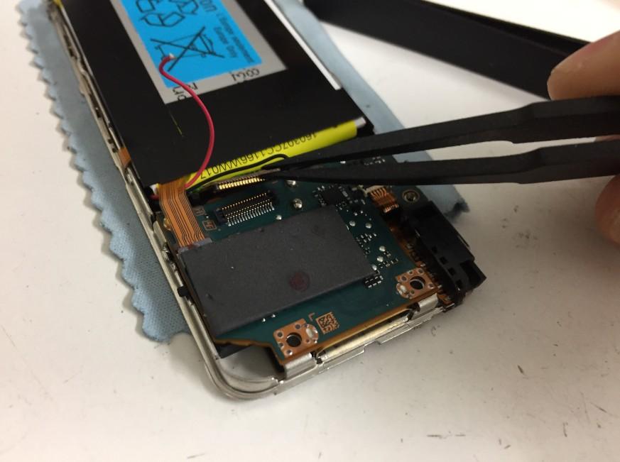液晶画面のコネクタを外したウォークマンNW-S14