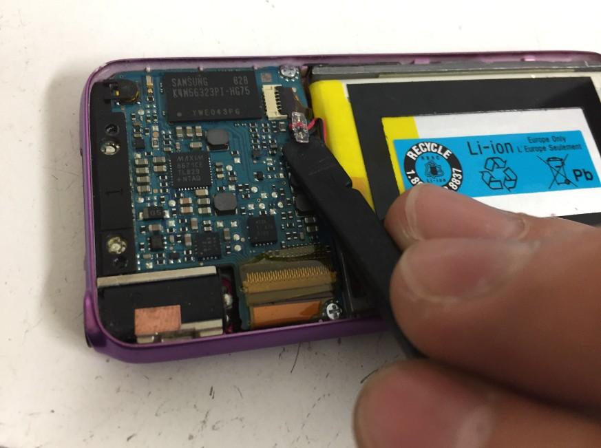 バッテリーコネクタを外したWALKMAN NW-S636F