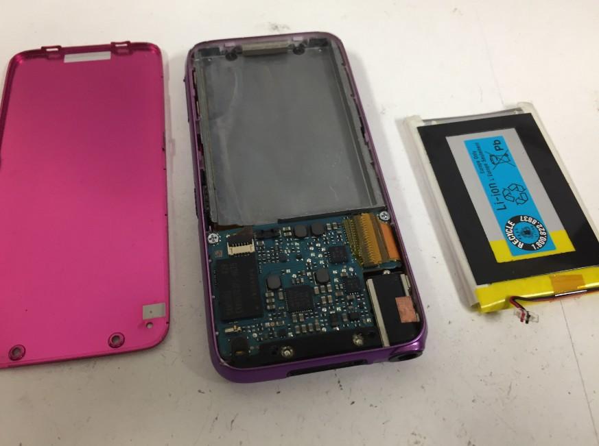 内蔵バッテリーを本体から取り出したWALKMAN NW-S636F