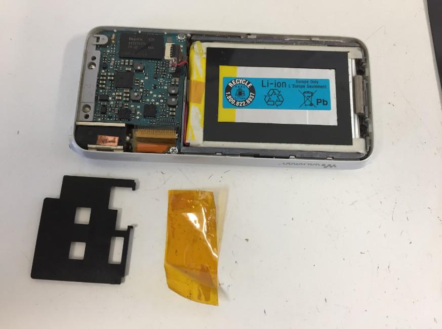 バッテリーコネクタを止めた絶縁テープを剥がしたウォークマン NW-S638F