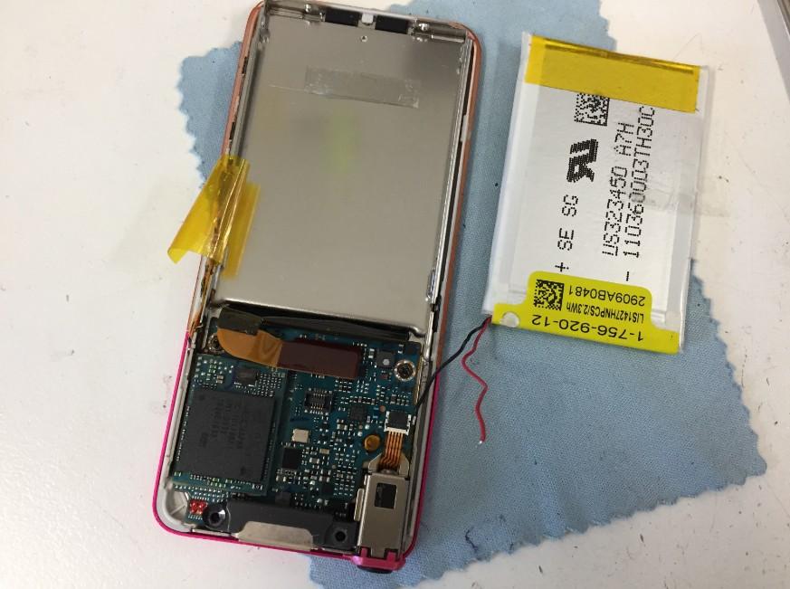 本体からバッテリーを取り出したウォークマンNWS756