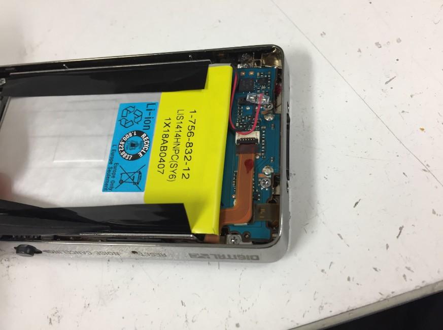 バッテリーを剥がす前のウォークマン NW-X1060