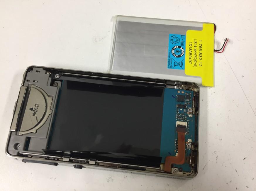 バッテリーを本体から剥がしたウォークマン NW-X1060