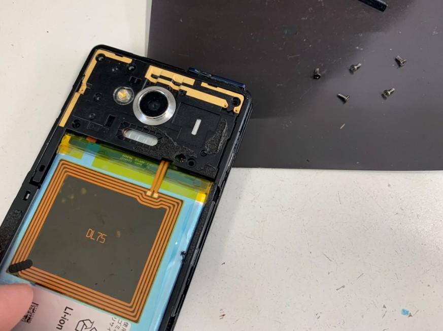 本体内部のプラスチックパーツを止めたネジを外したAQUOS phone(SH-RM02)