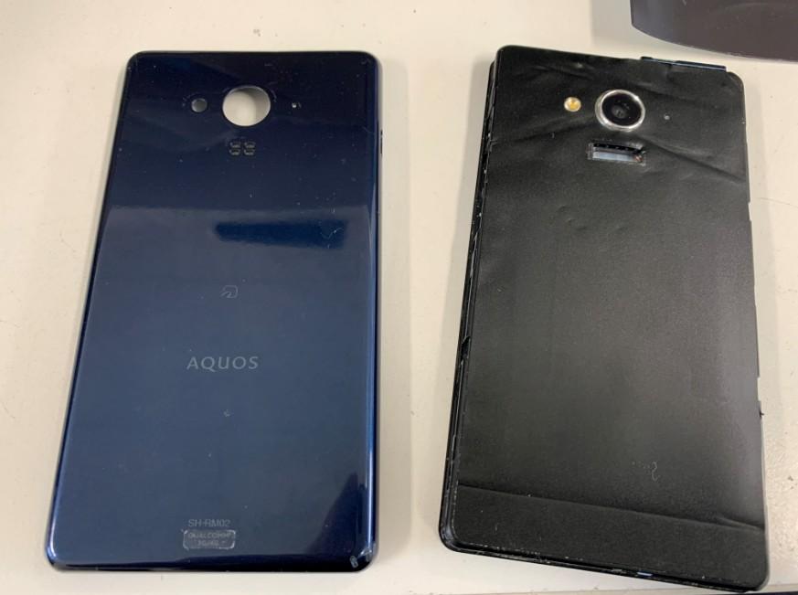 背面パネルを外したAQUOS phone(SH-RM02)