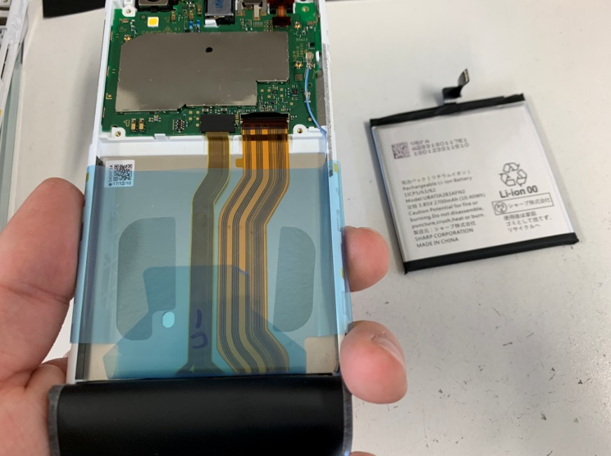 本体からバッテリーを取り出したAQUOS sense(SHV40)