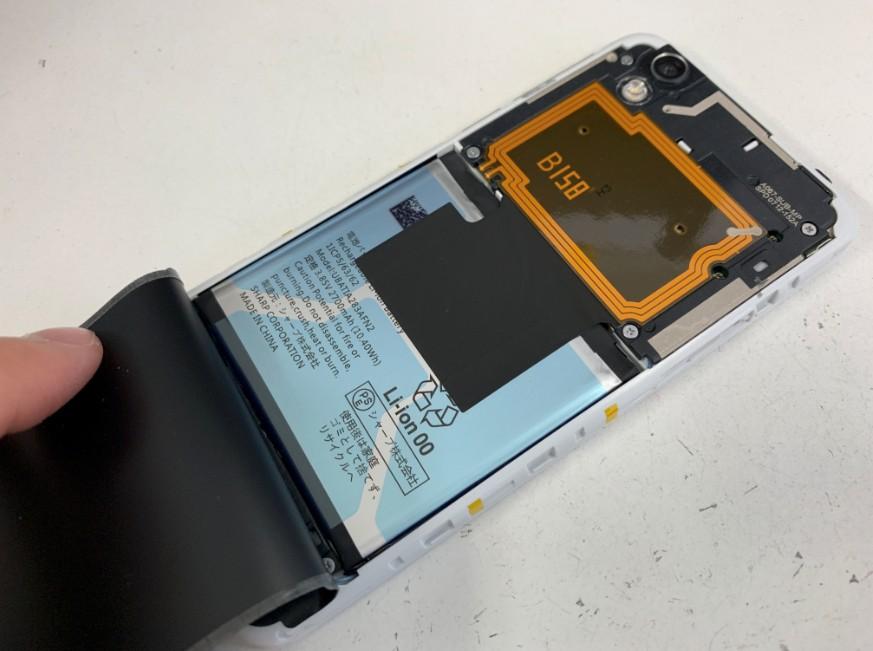 防水シールをバッテリー部分まで剥がしたAQUOS sense(SHV40)