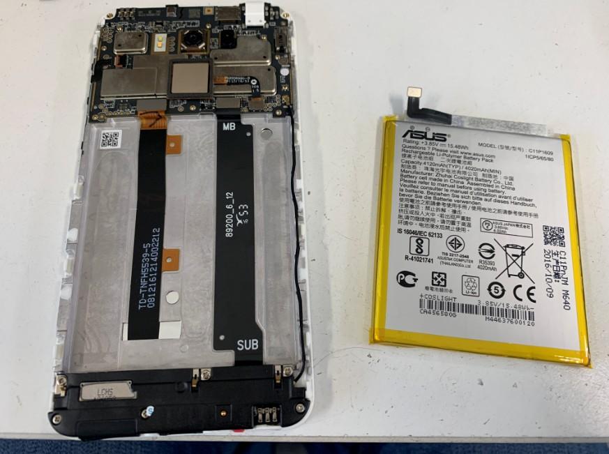 内蔵バッテリーを取り出したZenfoma3Max(ZC520TL)