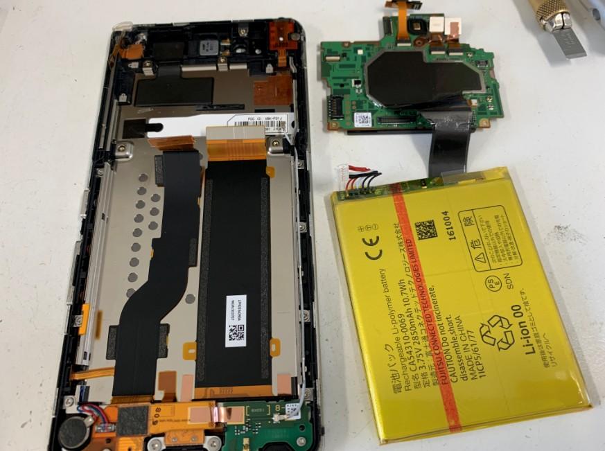 基板をバッテリーを取り出したAndroid One S1