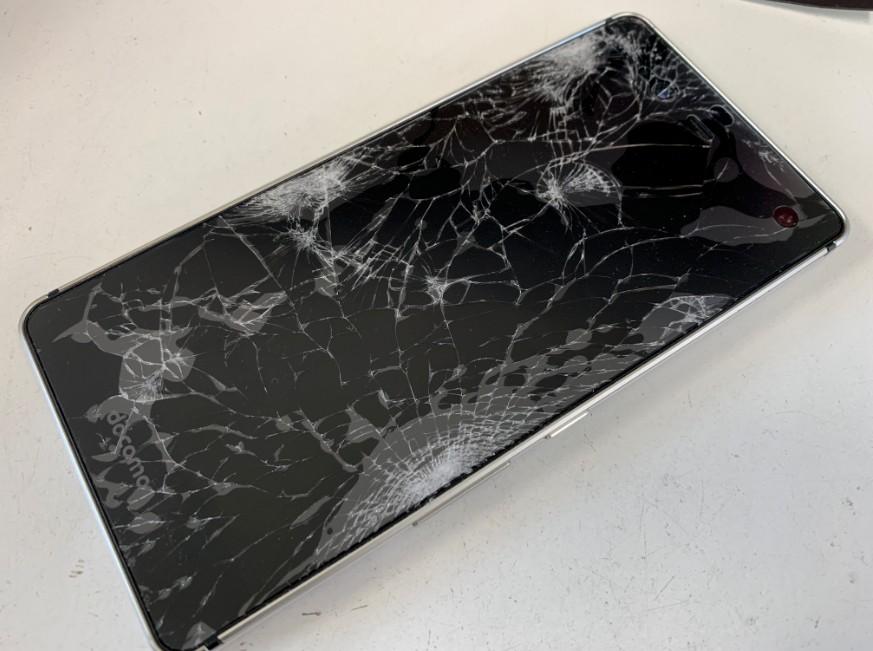 表面ガラスが粉々に割れたAndroid One S1