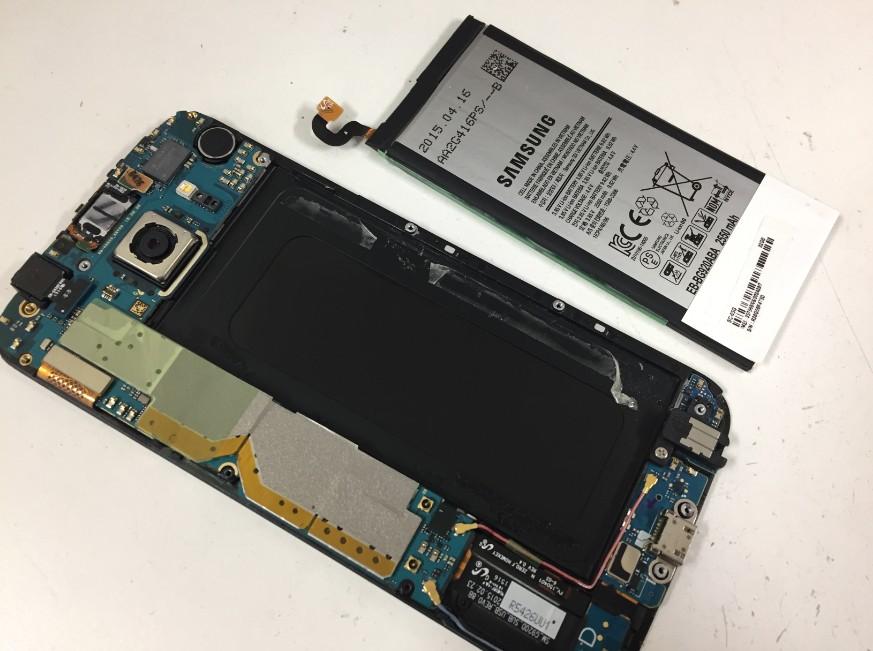 本体からバッテリーを取り出したGalaxyS6