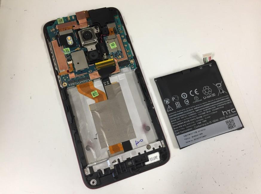 内蔵バッテリーを本体から取り出したHTC J butterfly(HTV31)