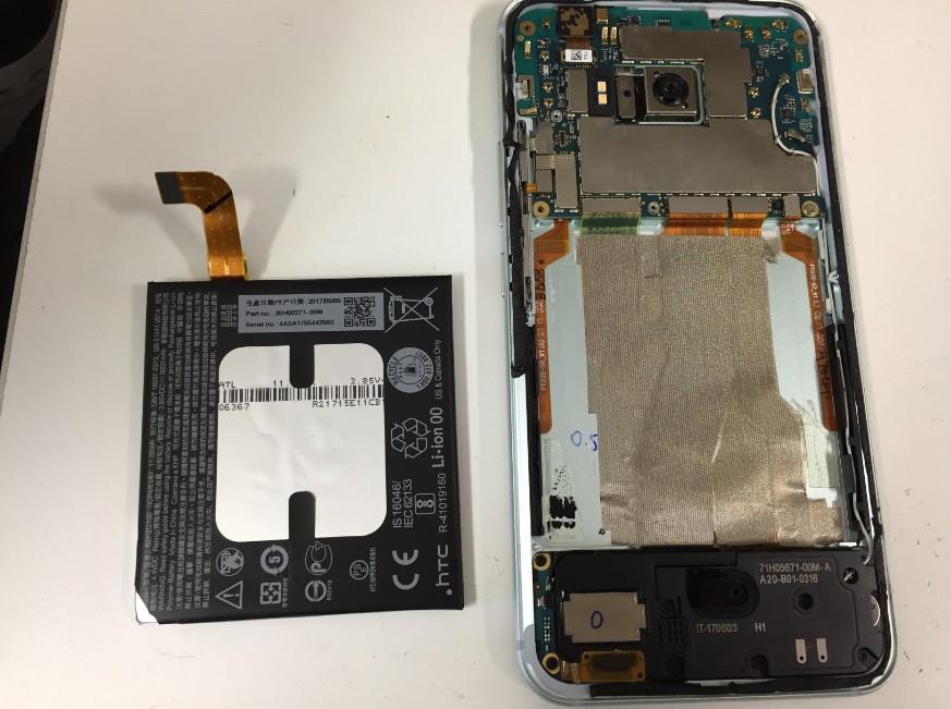 内蔵バッテリーを取り出したHTC U11