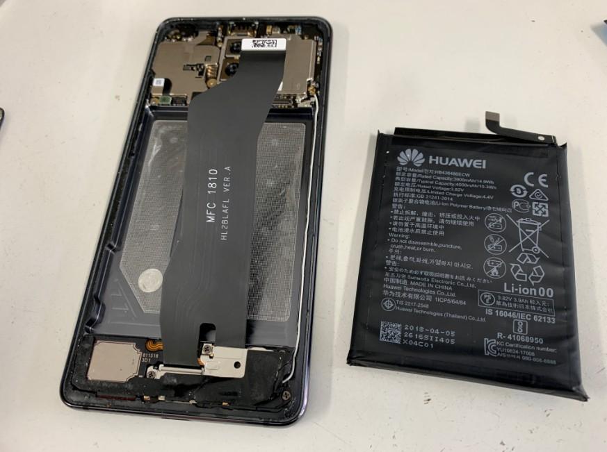 内蔵バッテリーを本体から剥がしたMate10Pro