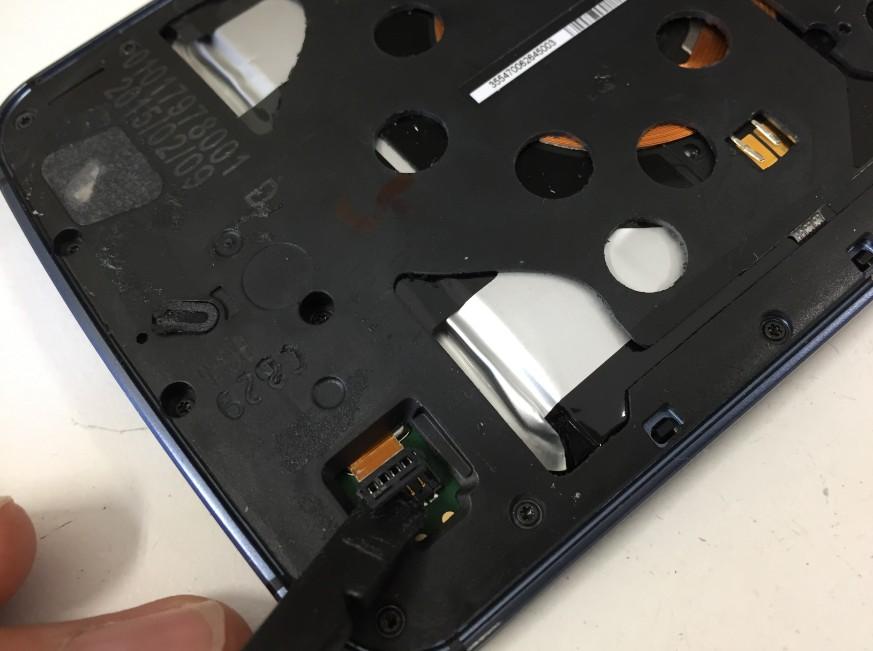 バッテリーコネクタを外したNexus6