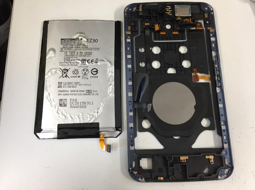 内蔵バッテリーを取り出したNexus6