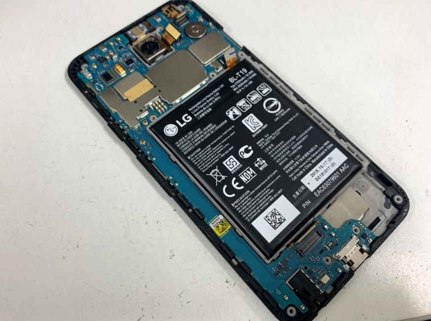 背面パネルと内部のプラスチックパーツを剥がしたNexus5x