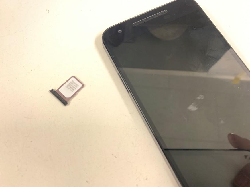 SIMカードを貼り外したNexus5x