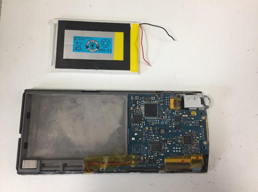 内蔵バッテリーを取り出したNW-A845