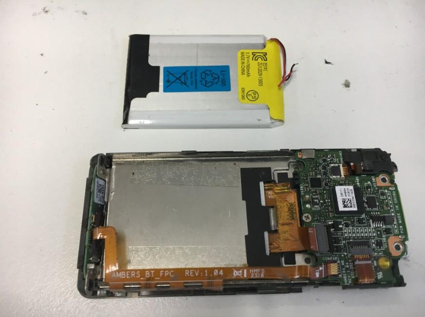 バッテリーを本体から取り出したウォークマン(NW-S315)