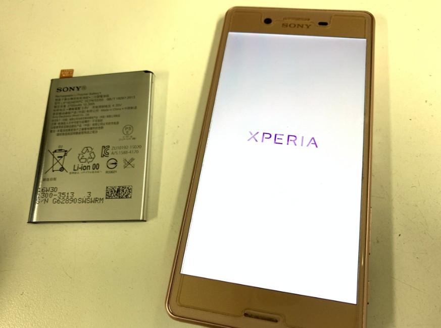 バッテリーを交換してロゴから先に進むか確認しているXperiaX Performance'(SO-04H)