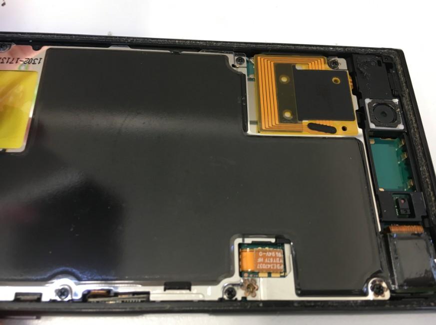 液晶画面のコネクタを外しているXperia XZ