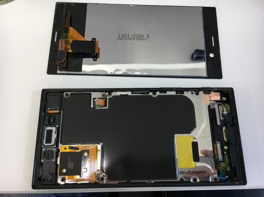 液晶画面を本体から取り出したXperia XZ