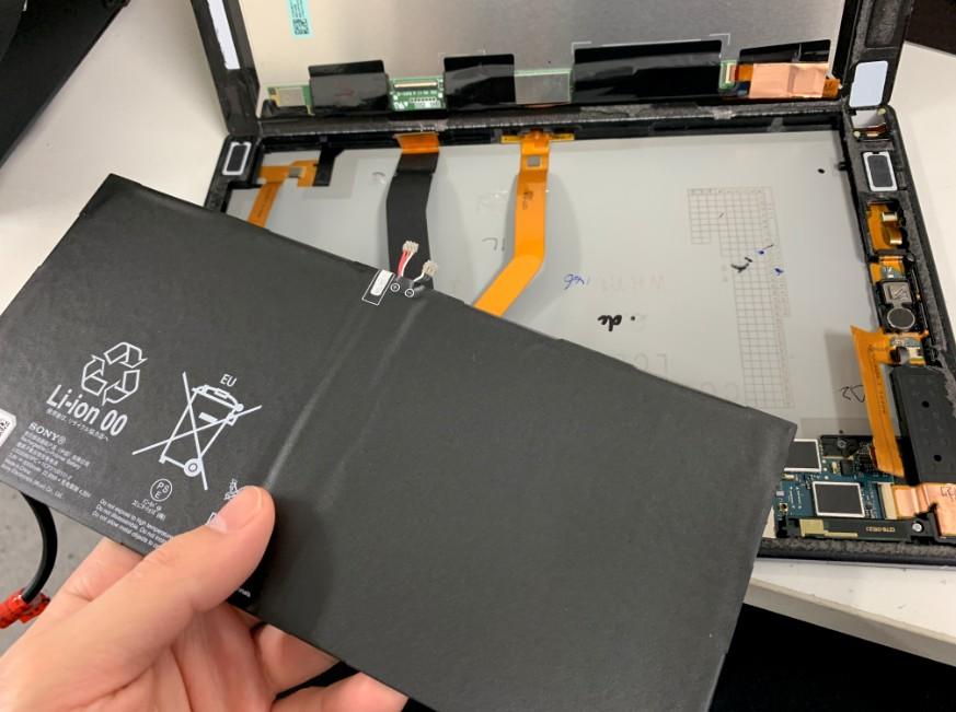 本体からバッテリーを取り出したXperiaZ2Tablet(SOT21)