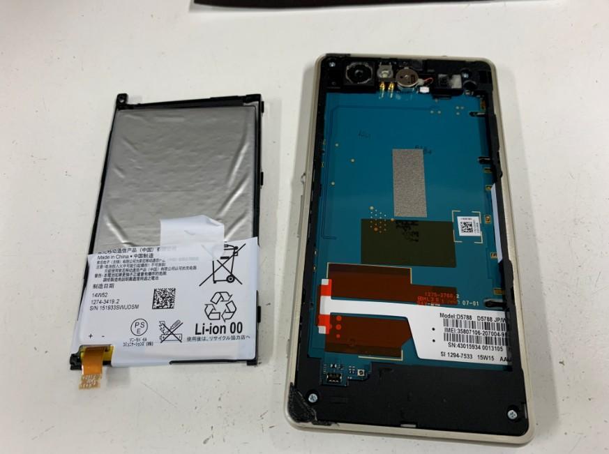 充電池を取り出したXperiaJ1Compact