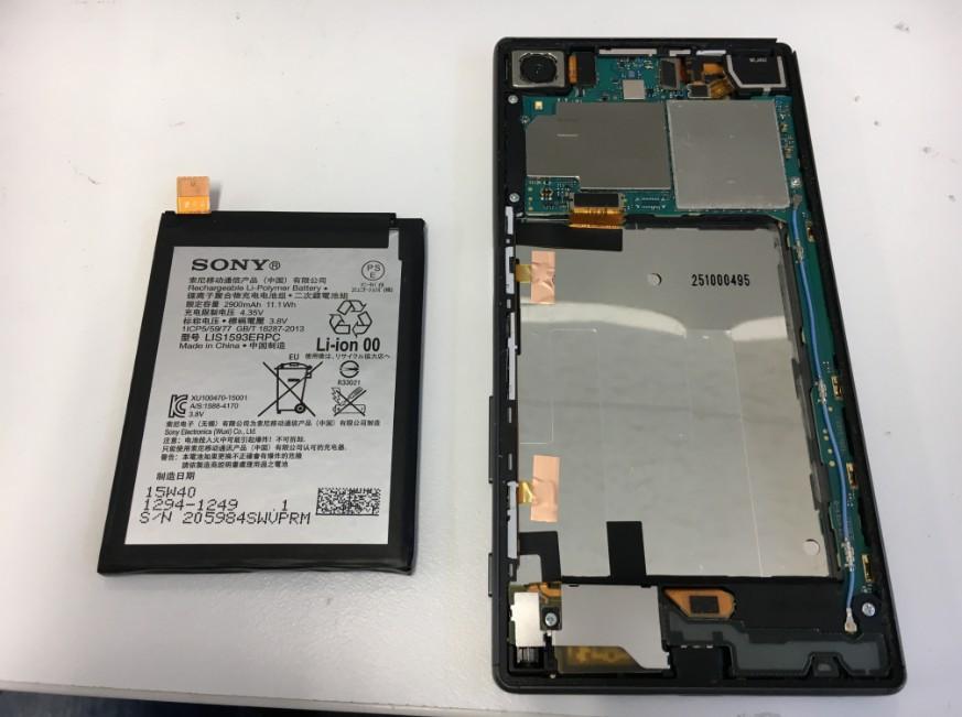 本体内からバッテリーを剥がしたXperiaZ5