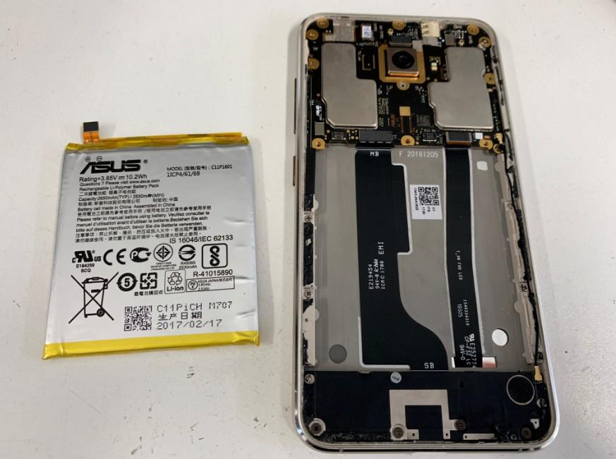 内蔵電池パックを取り出したZenfone3(ZE520KL)