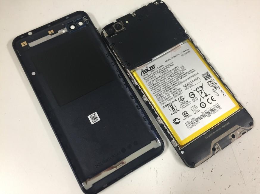 背面パネルから本体を取り出したZenfone4Max