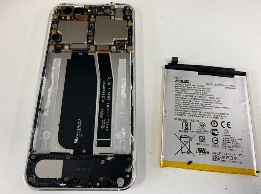 本体内からバッテリーを取り出したZenfone4(ZE554KL)