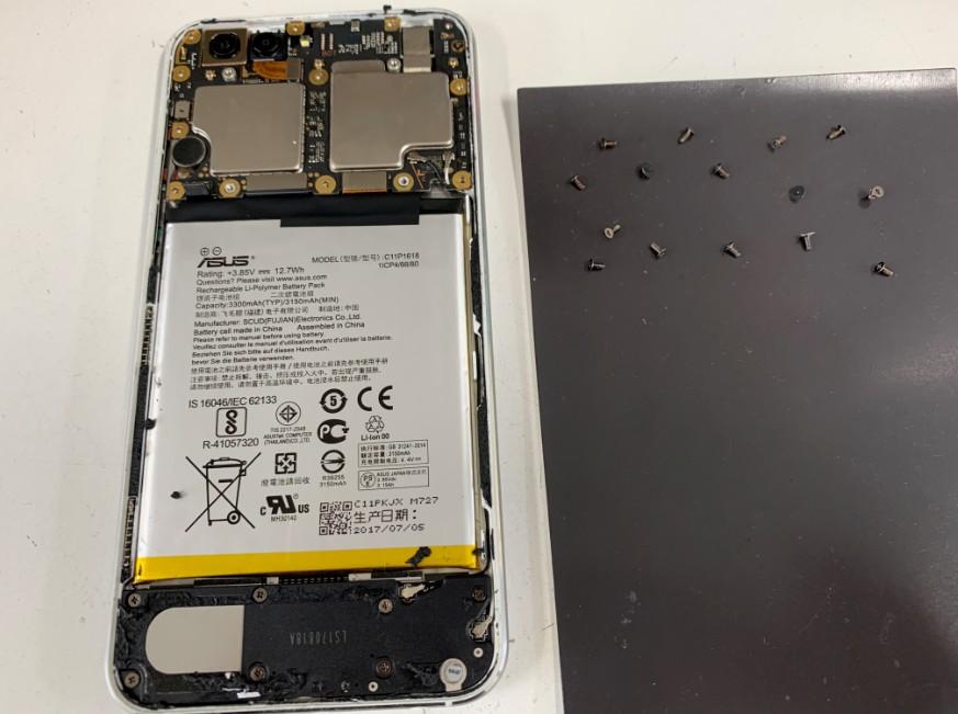 背面パネルを剥がしたZenfone4(ZE554KL)