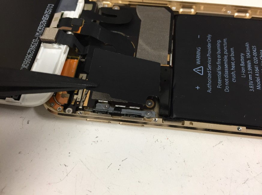 バッテリー部分の絶縁テープを剥がしたiPodTouch第6世代