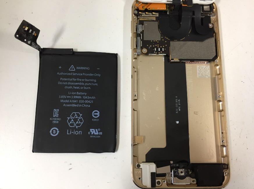 内蔵バッテリーを取り出したiPodTouch第6世代