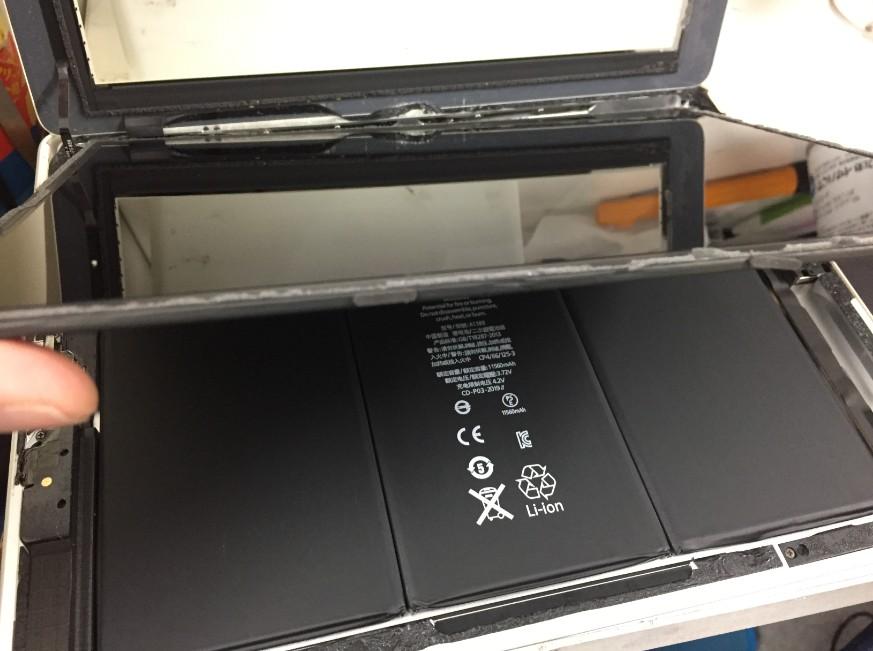 液晶を持ち上げたiPad第4世代