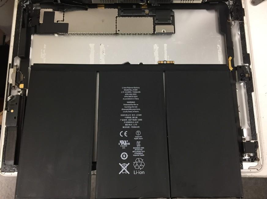 バッテリーを本体から剥がそうとしているiPad第4世代